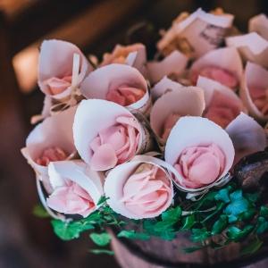 cornets de petales de roses eglise