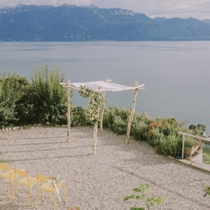arche florale au bord du lac